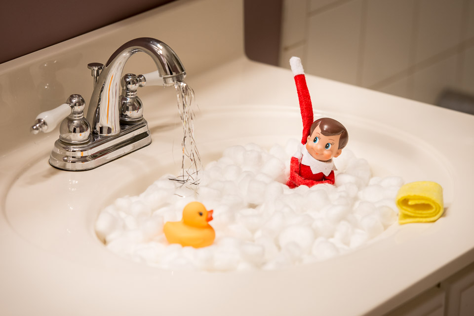 elf-on-the-shelf-takes-a-bath