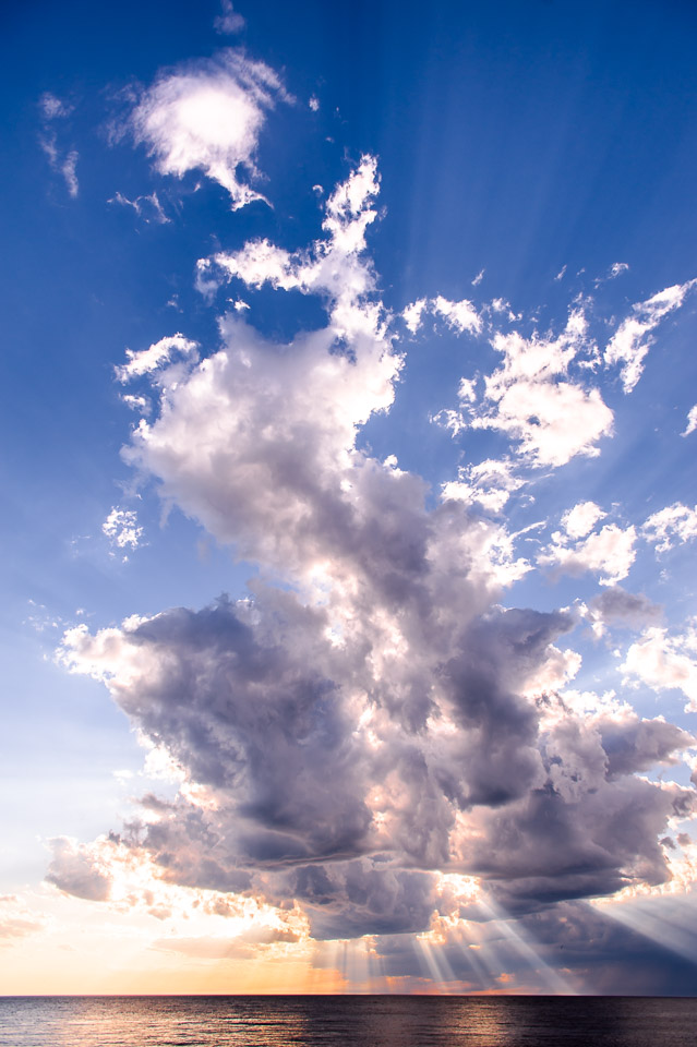 towering-clouds-godlight-over-lake-michigan