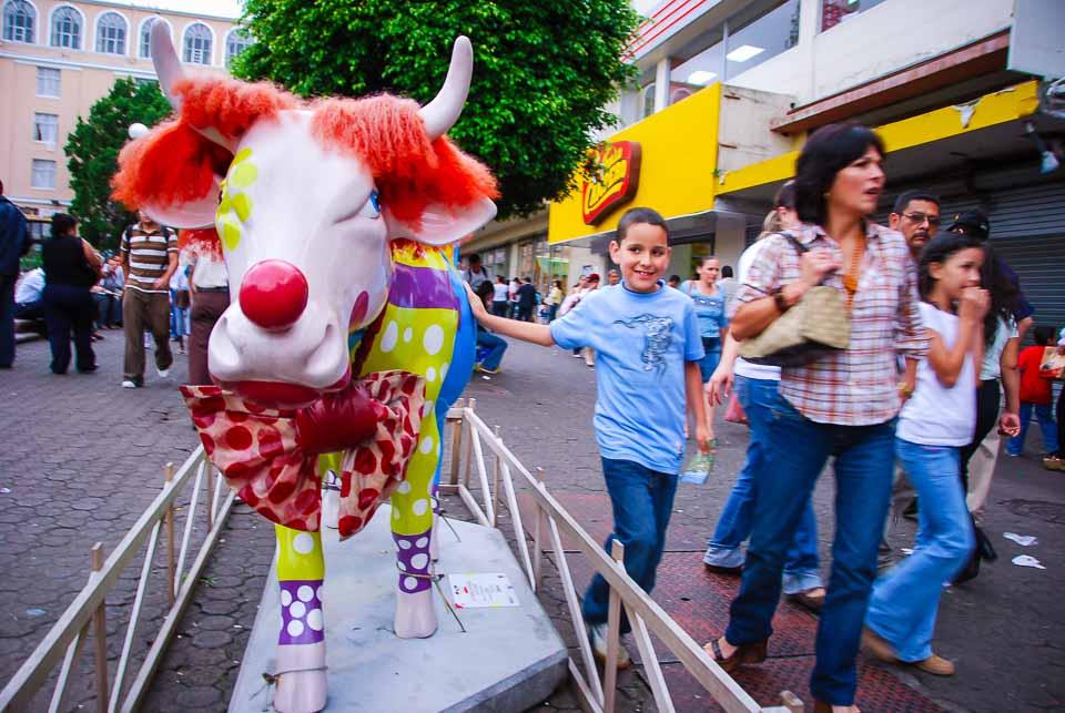 cow-statue-and-child-exchange-glances